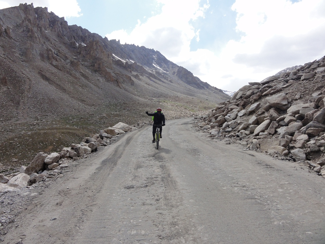 Cycling down Khardung La pass at 5500 m